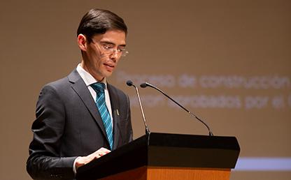 Foto de Jeisson Gabriel Ospina González, durante discurso es ceremonia de grados Uniandes