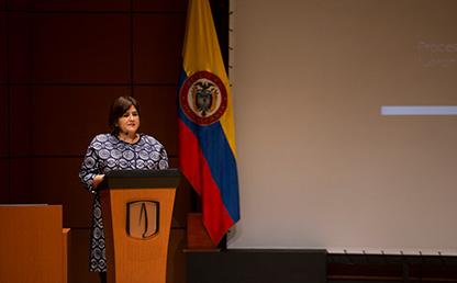 Foto de María Lorena Gutiérrez Botero, Presidenta Corficolombiana, en su discurso como oradora invitada en grados Uniandes