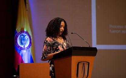 Graduanda Gleidys Margoth Blanco, ofreciendo palabras en ceremonia en auditorio Uniandes