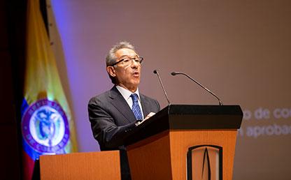 Mario Castillo Hernández de pie frente a atril ofreciendo palabras en discurso.