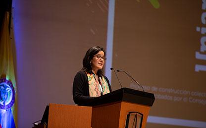 Ministra de las TIC ofrece palabras a graduandos en auditorio Uniandes