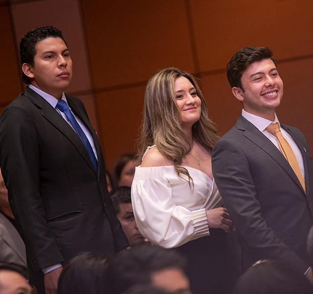 Graduandos esperan su turno para recibir el diploma de grado