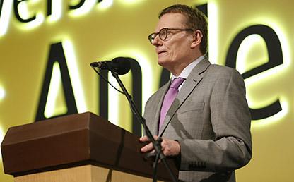 James A. Robinson dando discurso en Uniandes