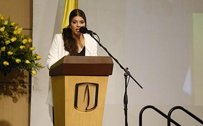 Graduanda de Uniandes, María González, durante discurso de grado