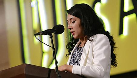 Stefanía Peña, graduanda de Uniandes, ofrece discurso en ceremonia de grados