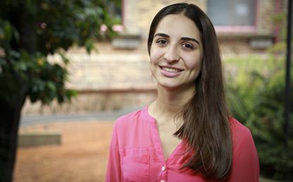 Mariana Amador, estudiante que recibió la distinción delante de un edificio en la Universidad de los Andes
