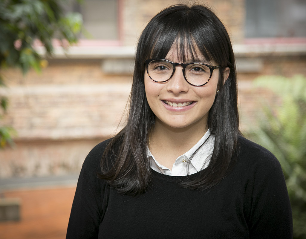 Mariana Lara, estudiante que recibió la distinción, delante de un edificio en la Unievrsidad de los Andes