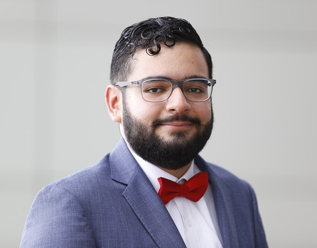 Sebastián Caldas, estudiante que recibió la distinción, foto en fondo blanco.