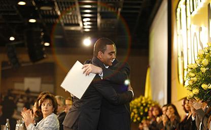 Estudiante abrazando a rector de Uniandes
