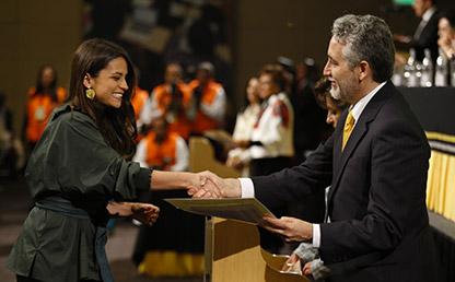 Graduanda recibe diploma de grado en Uniandes