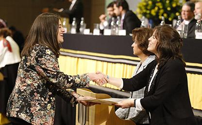 Graduanda recibe diploma de grado de la Universidad de los Andes