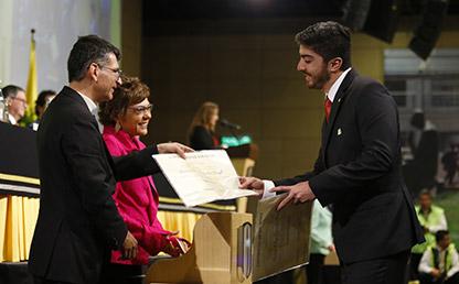Graduando recibe su título profesional de la Universidad de los Andes
