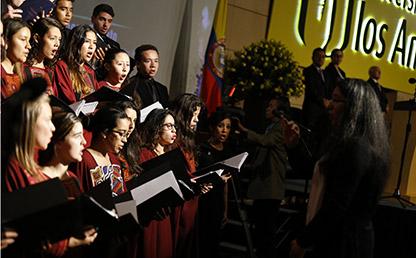 Coro de la Universidad de los Andes interpreta Himno Nacional en ceremonia de grados
