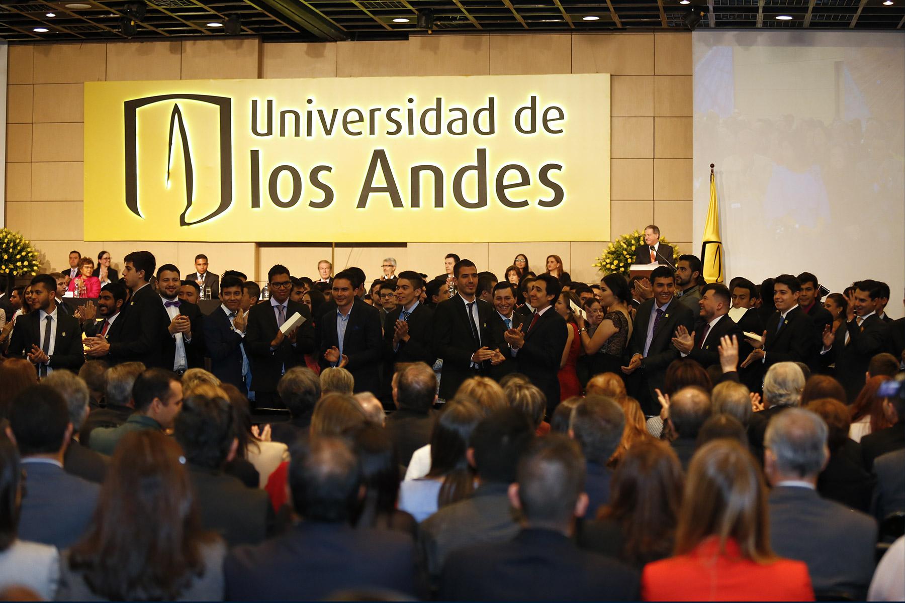 Graduandos durante ceremonia de grados 2017-1 de la Universidad de los Andes