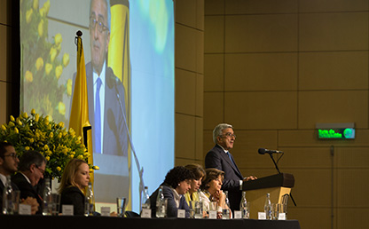 El doctor Carlos Dávila Ladrón de Guevara ofrece discurso frente a graduandos