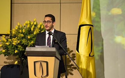Imagen de Juan Diego García Nieves ofreciendo discurso de grado