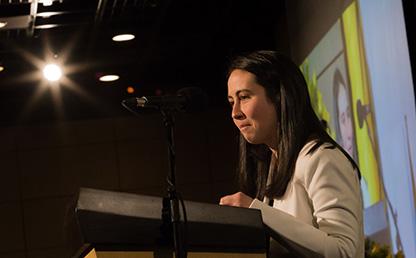 La estudiante Nataly Torres Pinzón lee su discurso de grado