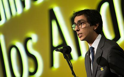 Graduando ofrece discurso en ceremonia de grados