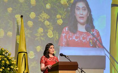 Ana María Cárdenas Gasca hablando frente al público en ceremonia de grados