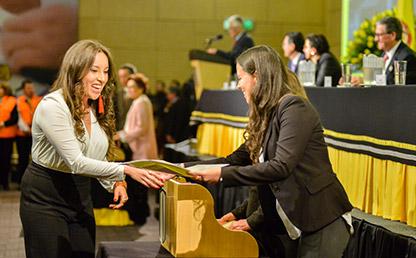 Graduandos reciben su diploma de pregrado