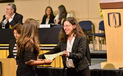 Graduanda recibe título profesional de la Universidad de los Andes