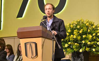 Daniel Erwin Kraus Vollert hablando frente a auditorio en ceremonia de grados