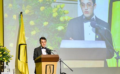Nicolás Mauricio Morato leyendo su discurso en ceremonia de grado