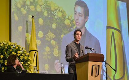 Pablo Cárdenas Ramírez ofreciendo discurso en ceremonia de grados Uniandes.