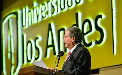 Rector de la Universidad de los Andes ofreciendo discurso