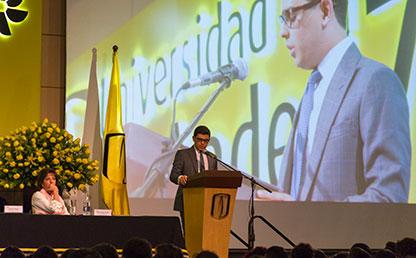Graduando Francisco Javier Escobar, ofreciendo discurso en ceremonia de grados.