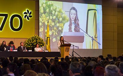 Graduanda Katherine Sarquís Gómez de Uniandes, ofreciendo discurso en tarima de graduación
