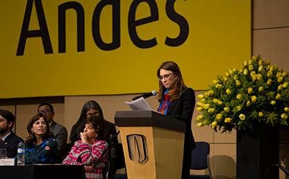 Catalina Botero frente a atril, ofrece discurso de grado.