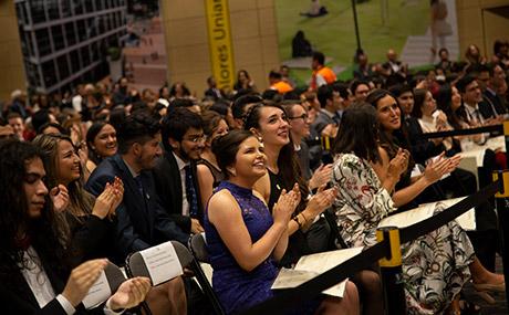 Graduandos aplauden durante ceremonia en Uniandes