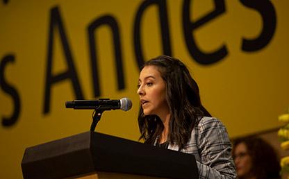 Graduanda de Uniandes, María Gabriela Vargas Parada, ofreciendo discurso de grado