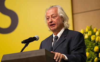 Doctor Iván Orozco Abad, frente a atril ofreciendo discurso en ceremonia de grados Uniandes.