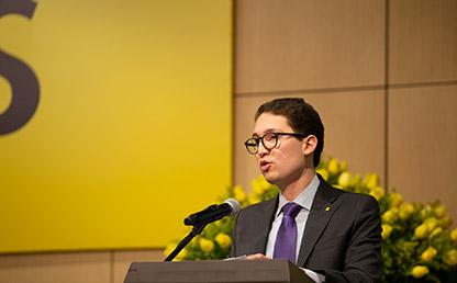 Graduando Juan Felipe Bonivento Martínez ofrece discurso de grado en tarima de Uniandes