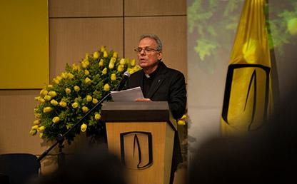 Sacerdote ofreciendo discurso en atril de Uniandes