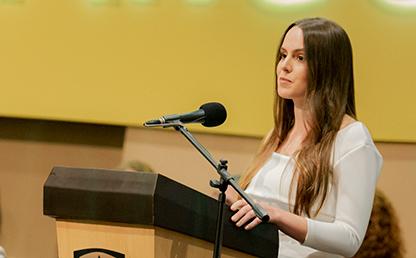 Foto en primer plano de Juliana Zamora Villegas, graduanda de la Facultad de Administración durante la ceremonia de grados 2019-2.