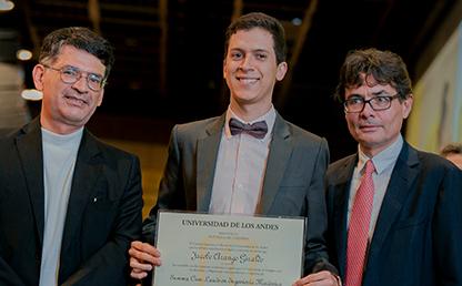 Foto de de Jacobo Arango, graduando de la Facultad de Ingeniería con Alfonso Reyes y Alejandro Gaviria, en ceremonia de grados 2019-2.