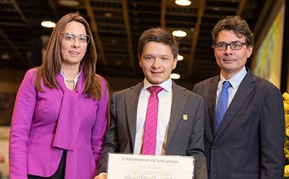 Foto de Daniel Felipe Ospina, graduando de la Facultad de Derecho, Catalina Botero y Alejandro Gaviria en ceremonia de grados 2019-2.