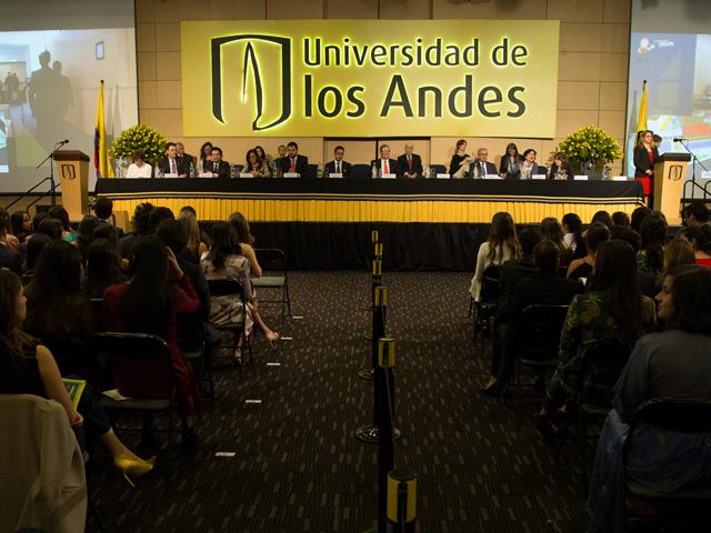 Mesa directiva en ceremonia de grados Uniandes