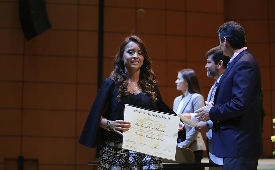 Foto graduanda con su diploma