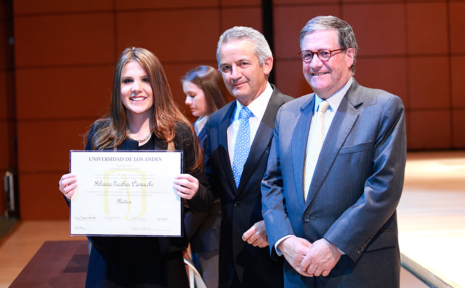 Foto graduanda con diploma medicina 2016-2
