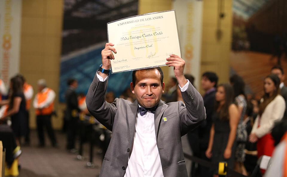 Foto graduando levanta su diploma