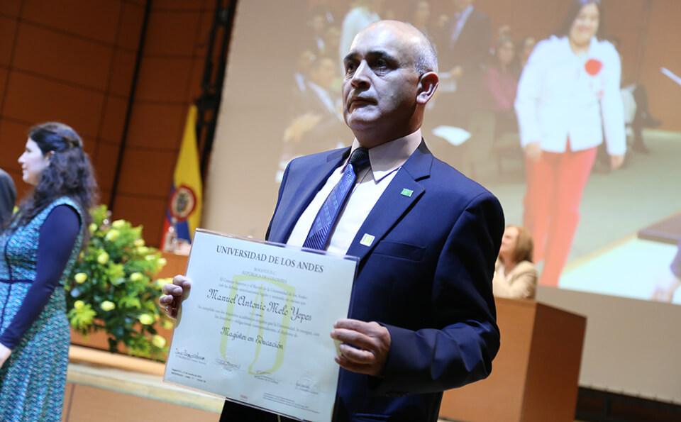 Foto graduando con su diploma