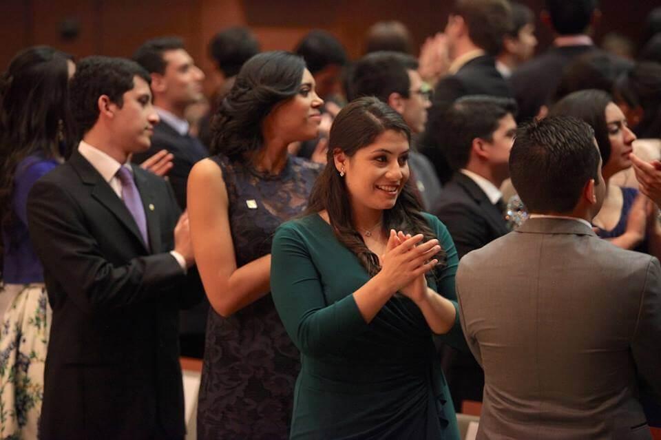 Foto médicos graduandos aplaudiendo