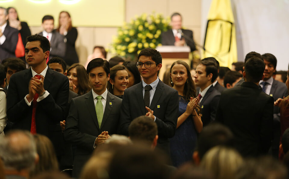 Foto graduandos aplaudiendo