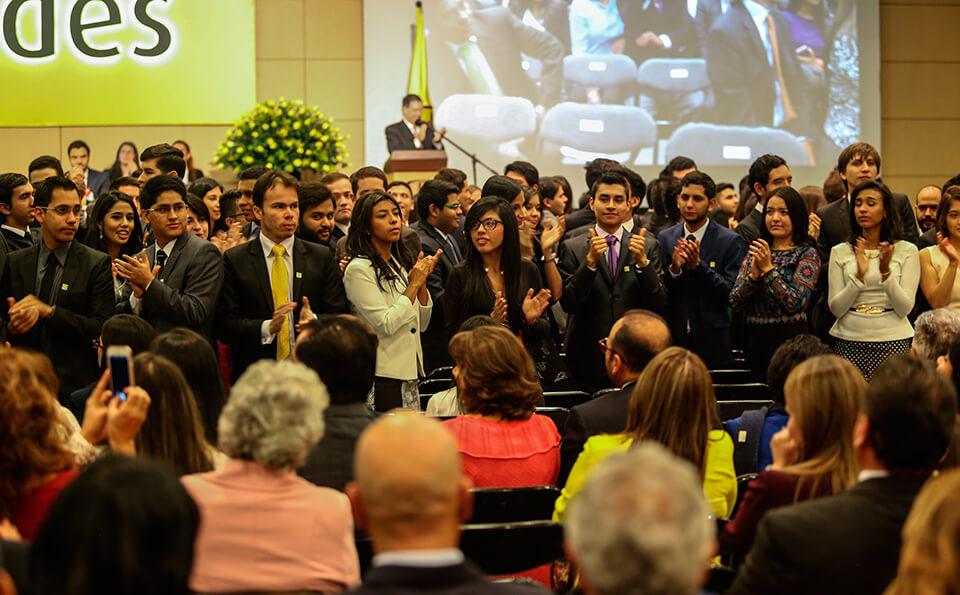 Foto Graduandos uniandinos celebrando