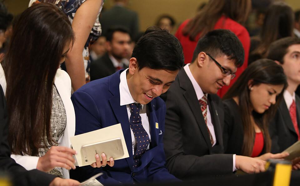 Foto graduandos observan su diploma