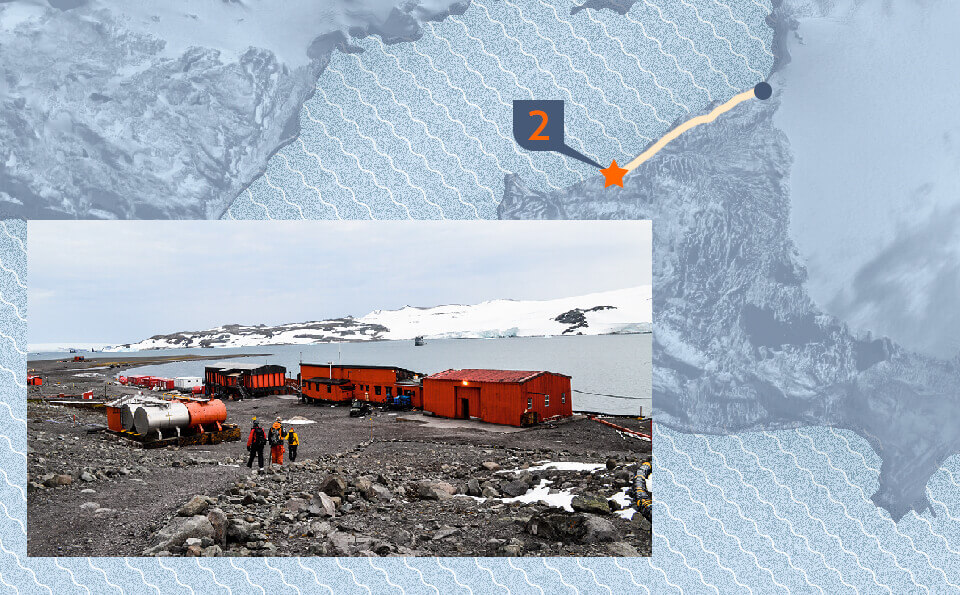 Graphic of a map indicating the point of the photo that accompanies the image, in it is seen an expedition base in the Antarctica